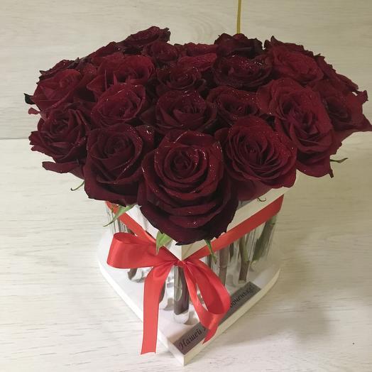 25 роз в пробирках в боксе в виде сердечка: букеты цветов на заказ Flowwow