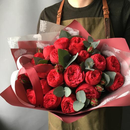 Пионовидные розы с эвкалиптом -2: букеты цветов на заказ Flowwow