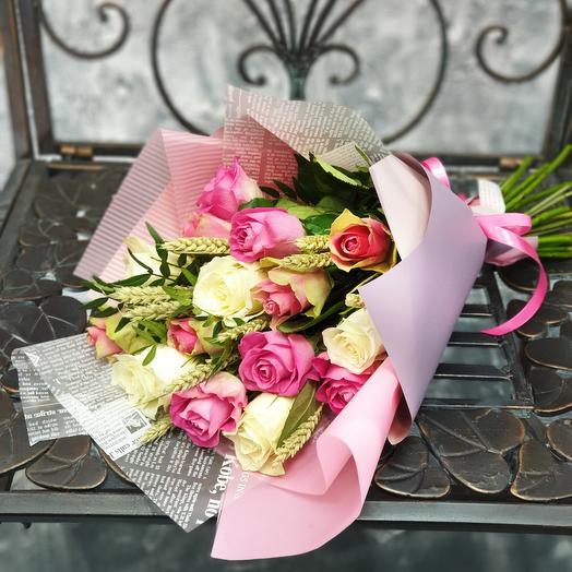 Букет из розовых и белых роз с пшеницей