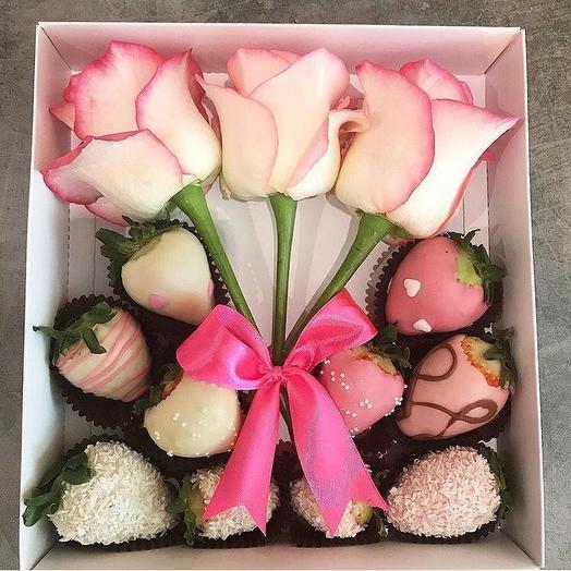 Клубника в шоколаде в коробке с цветами