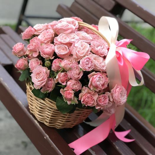 Кустовые пионовидные розы в корзине