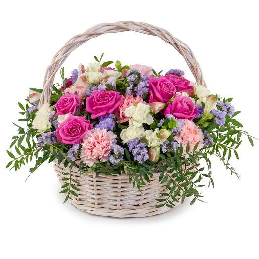 Цветочная композиция с розами и лимониумом: букеты цветов на заказ Flowwow