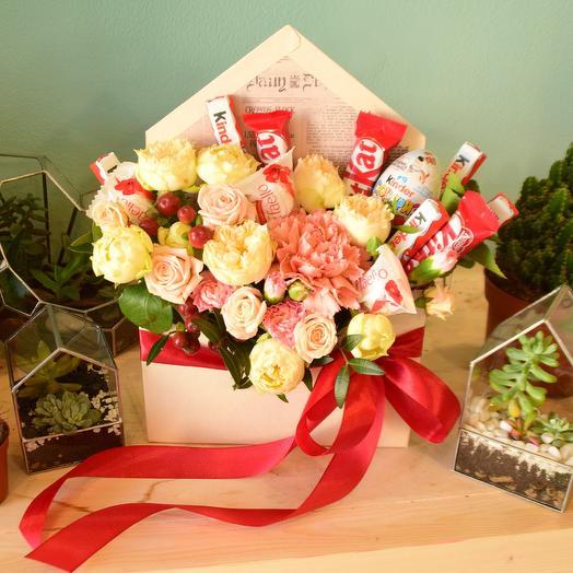 Яркий конвертик с цветами и сладостями