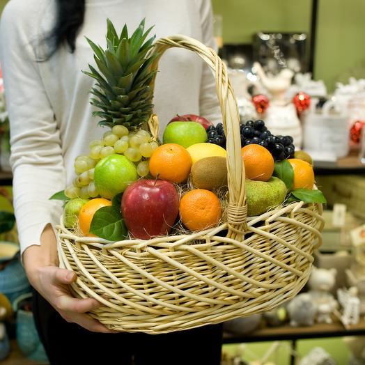 """Корзина с фруктами """"Свежость"""": букеты цветов на заказ Flowwow"""