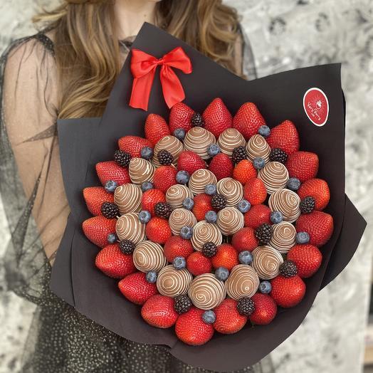 Букет из клубники в бельгийском шоколаде с голубикой/ежевикой/черешней