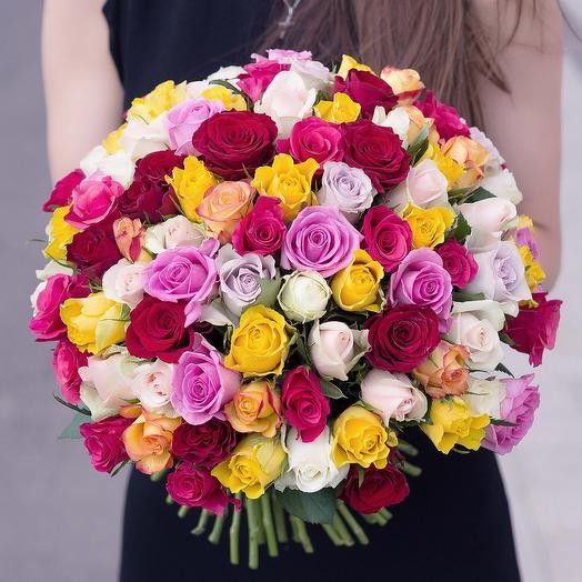 Букет 101 поцелуй в разноцветном из разноцветных роз Код 170081