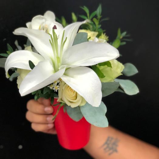 Цветы в коробке Лилия в стаканчике