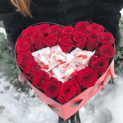 Цветы с Рафаэлло в коробке сердце