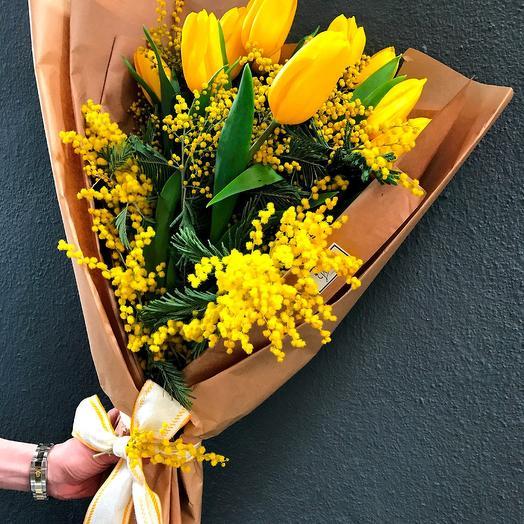 Весенний букет с мимозой и тюльпанами