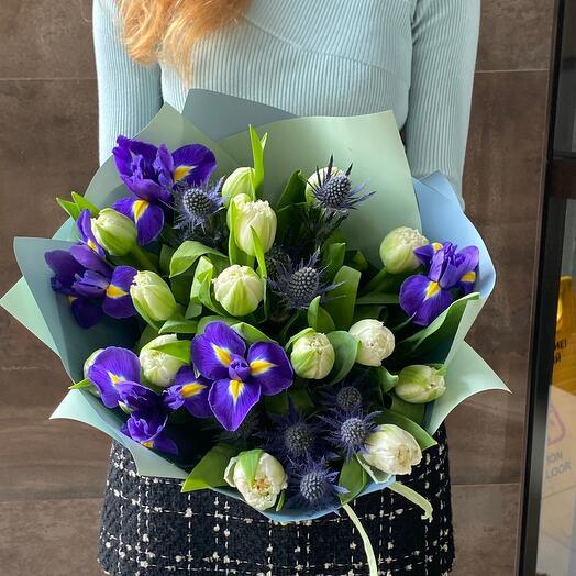 Тюльпаны с эрингиумом и ирисами