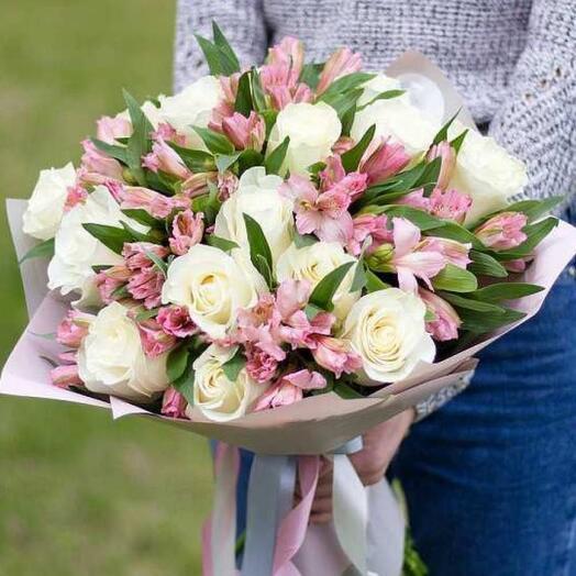 Альстромерии и белые розы