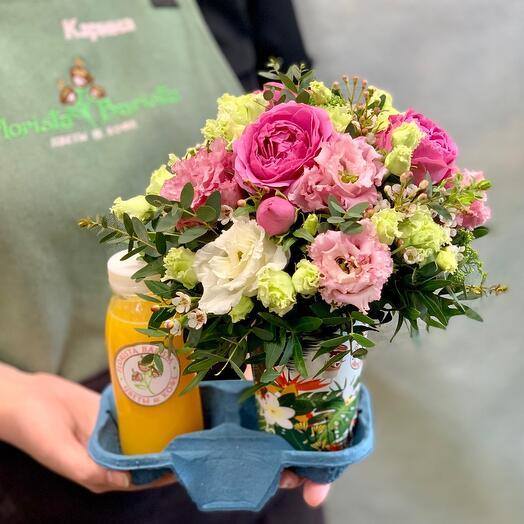 Утренний букет цветов со свежевыжатым апельсиновым соком