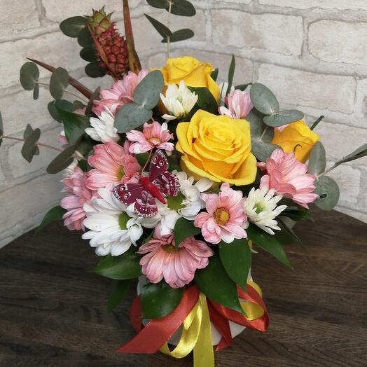 Цветы в коробке с ананасом и розами