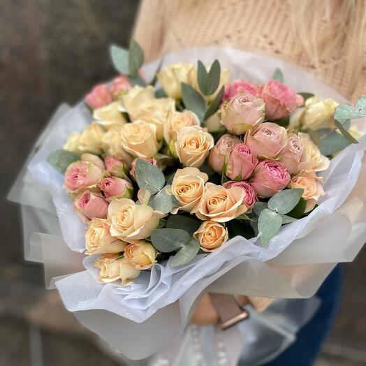 Букет из кустовой и пионовидной розы