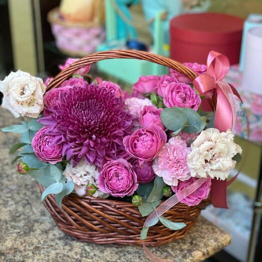 Корзина с пионовидными розами и хризантемой