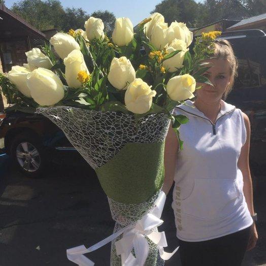 Белые розы с экзотикой: букеты цветов на заказ Flowwow