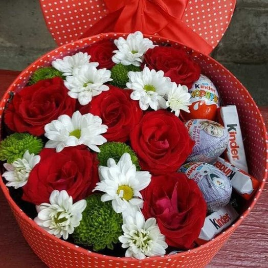 Яркая коробочка с киндерами: букеты цветов на заказ Flowwow