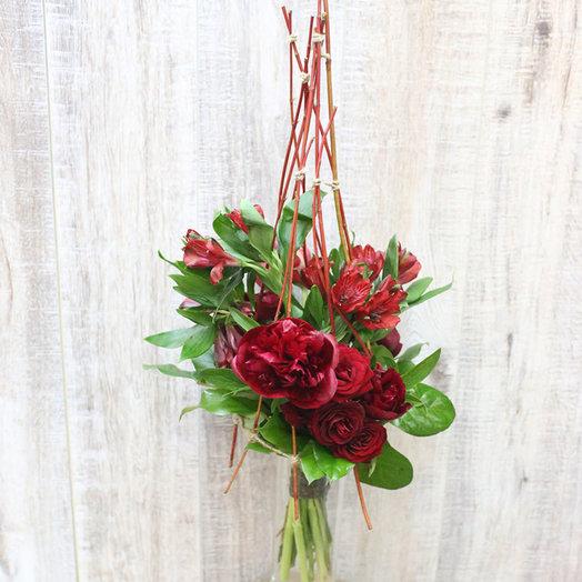 Строгий красный букет на каркасе: букеты цветов на заказ Flowwow