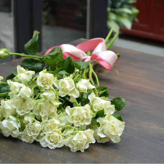 Букет из 7 белых кустовых роз 60 см: букеты цветов на заказ Flowwow