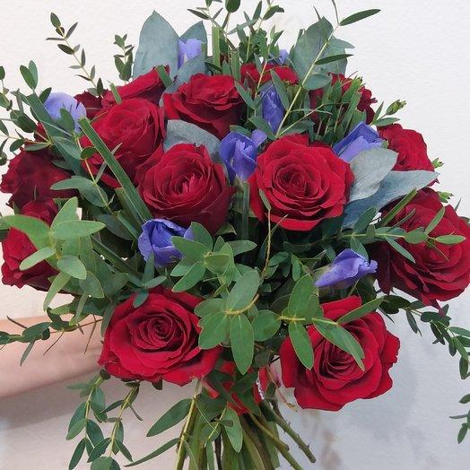 Букет из красных роз и ирисов, Страсть: букеты цветов на заказ Flowwow