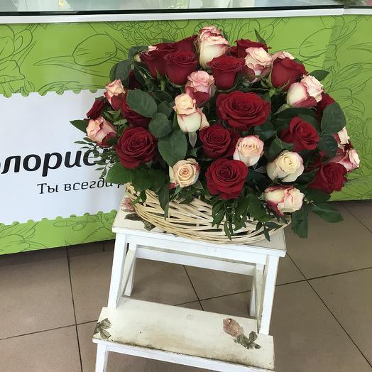 Розы в корзинке
