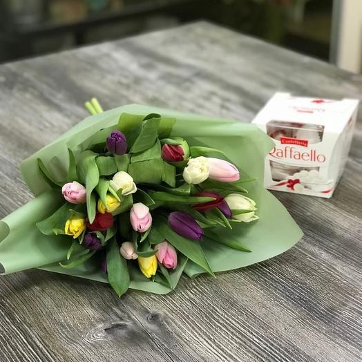 19 тюльпанов МИКС с Рафаэлло: букеты цветов на заказ Flowwow