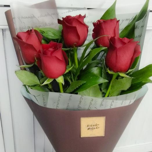 Букет комплимент из 5 ти роз с зеленью: букеты цветов на заказ Flowwow