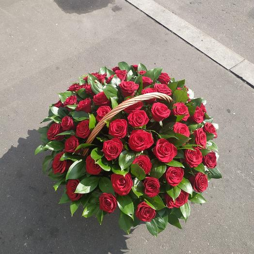 79 красная роза в корзине