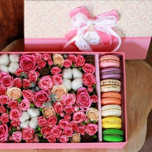Большая коробка с макарунс: букеты цветов на заказ Flowwow