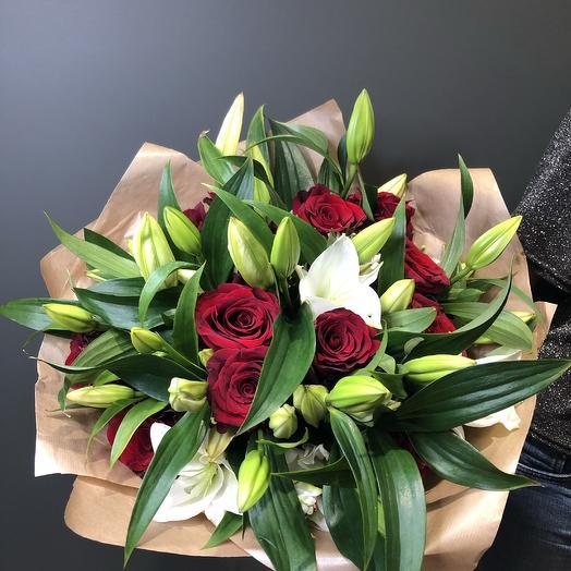 Букет из Лилии белой и розы бардовой