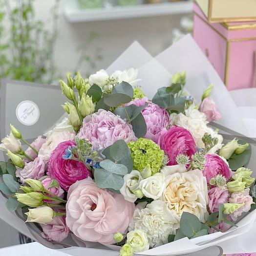 Шикарный, авторский букет с пионами, розами и ранункулюсами