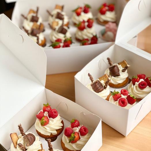 Капкейки с ягодами и шоколадками 12 шт