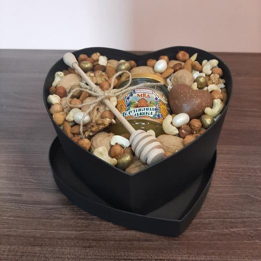 Набор из орехов и меда