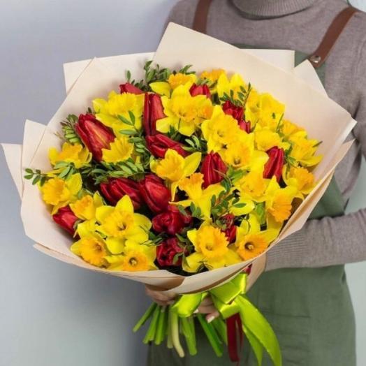 Букет из желтых нарциссов  и красных тюльпанов