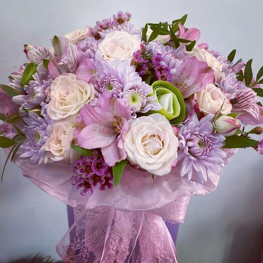 Дизацнерская коробка с кустовой розой , хризантема , экзотическая зелень