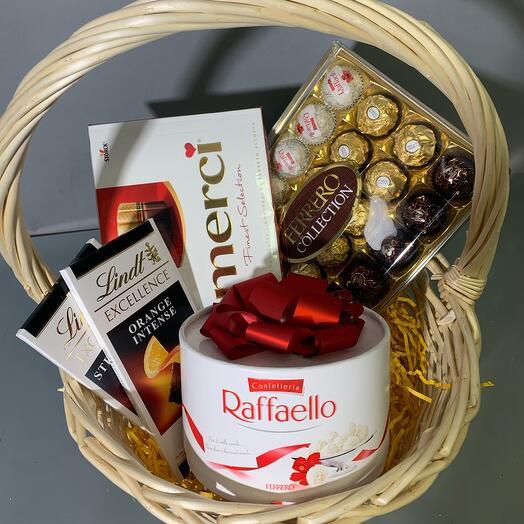 Подарочная корзина с шоколадом и сладостями «Сладкий сюрприз»