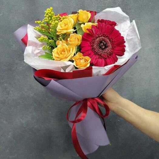 Букет с герберой и кустовыми розами