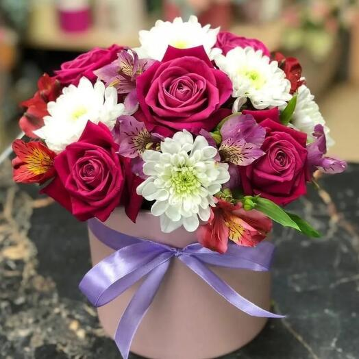 Розы и хризантемы в коробке