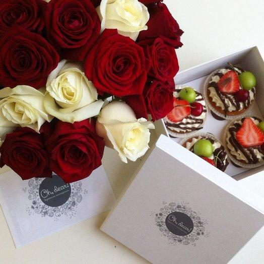 Подарочный набор Красные розы в крафт-пакете и капкейки в коробке: букеты цветов на заказ Flowwow