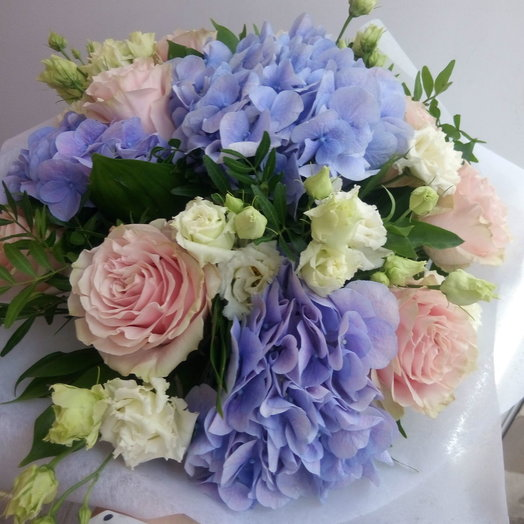 Нежные гортензии и розы: букеты цветов на заказ Flowwow