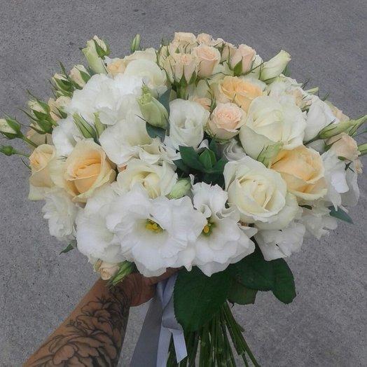 Букет из белых и чайных роз и лизиантусов: букеты цветов на заказ Flowwow