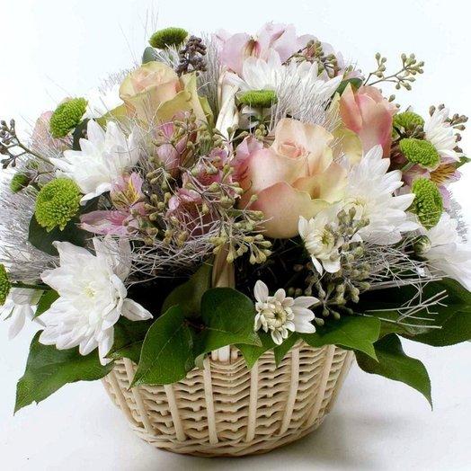 "Корзина ""Лови позитив"" из роз, хриантем, альстромерии. Код 180090: букеты цветов на заказ Flowwow"
