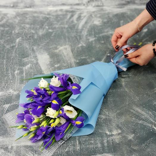Весенний букет из ирисов и лизиантуса: букеты цветов на заказ Flowwow