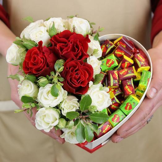 Композиция в сердце с розами и жевательной резинкой: букеты цветов на заказ Flowwow