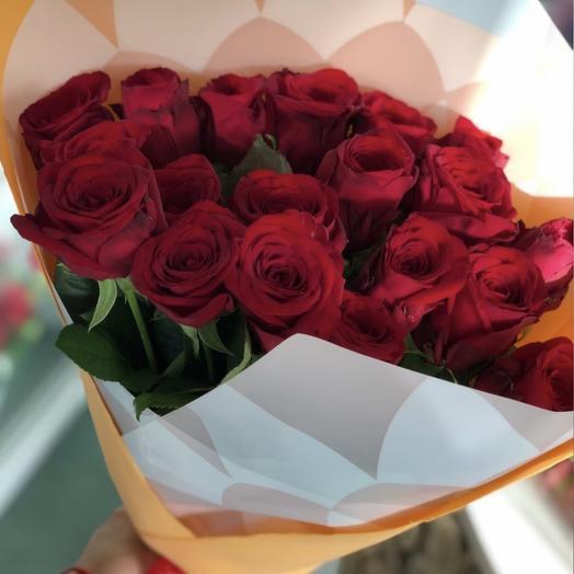 Букет из 19 шикарных алых роз