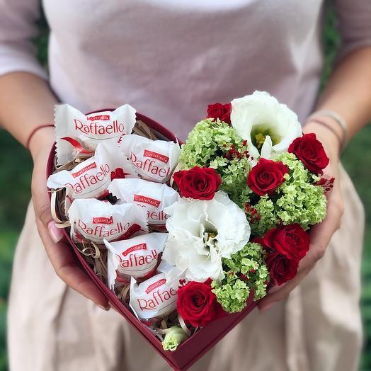 """Цветы со сладостями в коробке """"Любящее сердце"""""""
