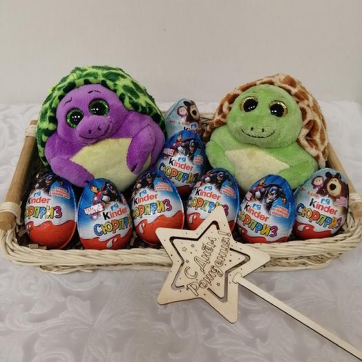 Коробка подарочная с игрушками и киндер-сюрприз