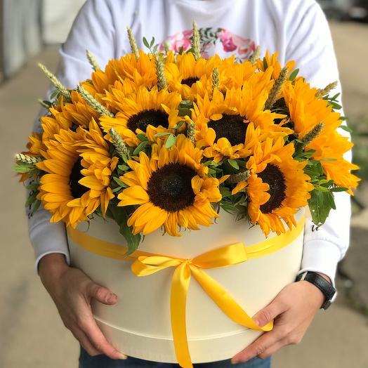 Коробка XXL с цветами. Сочные желтые подсолнухи. N536: букеты цветов на заказ Flowwow