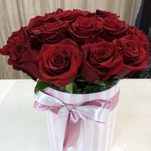 Шляпная коробочка с розами (цвет и форма коробки может отличаться от фотографии)