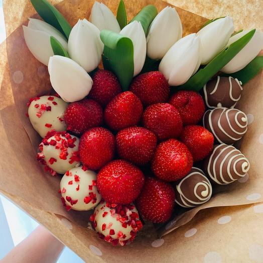 Сладкая клубничка с тюльпанами